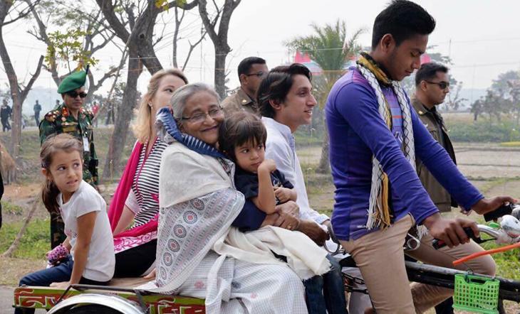 নাতি-নাতনিদের নিয়ে ভ্যানে চড়ে টুঙ্গিপাড়া ঘুরলেন প্রধানমন্ত্রী