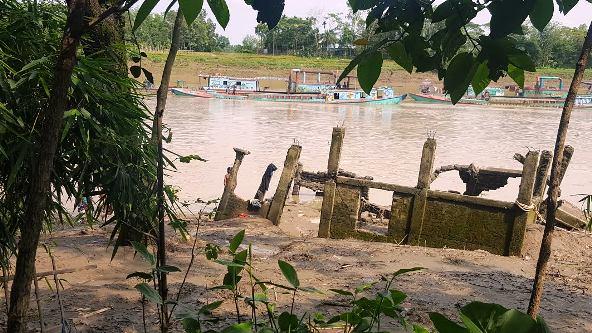 সুরমা নদীতে চলছে অবৈধ বালু উত্তোলনের মহোৎসব