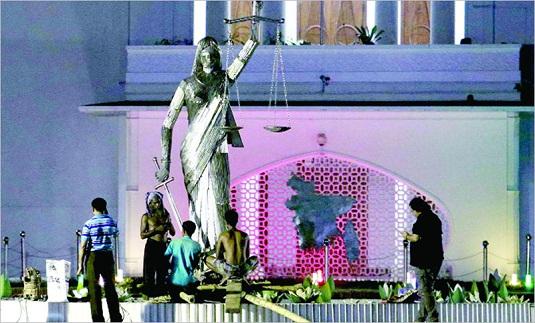 রাতের আঁধারে যেভাবে এনেক্স ভবনের সামনে বসানো হলো গ্রিক দেবীর মূর্তি