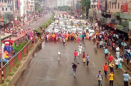 হঠাৎ আন্দোলনে গার্মেন্ট শ্রমিকরা : বকেয়া বেতনের দাবি