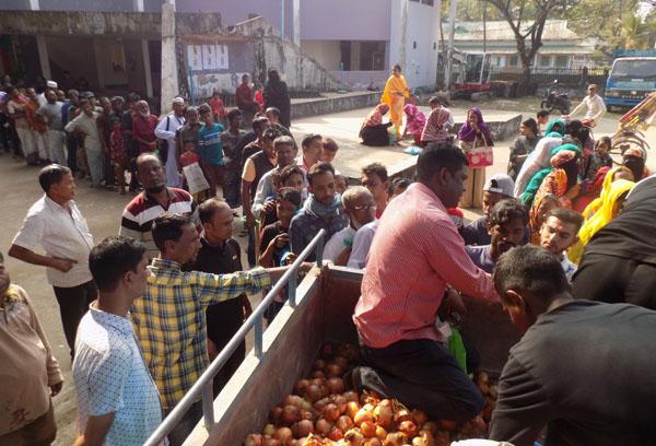টিসিবির পেঁয়াজ নিতে সুনামগঞ্জে ক্রেতাদের দীর্ঘ লাইন