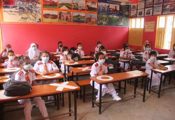 সিলেটে ফুলেল শুভেচ্ছায় শিক্ষার্থীদের বরণ